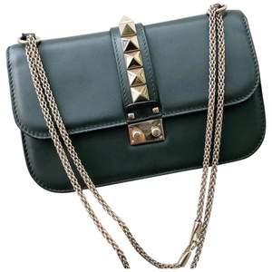 Söker ett Valentino väskband som på denna Valentino väska, en sådan kedja alltså! Vet att inte många säljer väskband på sådana dyra väskor men om någon skulle vilja sälja så finns jag💕Mitt egna väskband på min Valentino väska är sönder!
