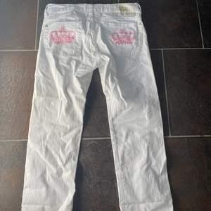 💗💗 säljer nu dessa Victoria Beckham jeans som är helt oanvända, är ej helt säker på vad nypriset va men skulle gissa på omkring 3000. De passar någon som är lite kortare!!