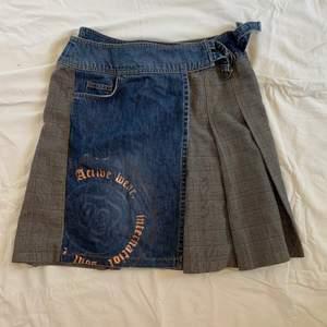 Jeans och rutig kjol. Fint skick.