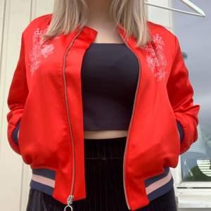 Supercool röd collagejacka köpt från H&M! Sparsamt använd och riktigt bra kvalitet! Är i storlek S men passar även mig som vanligtvis brukar bära storlek M!❣️