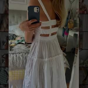 Säljer denna fantastiska vita långklänning från asos! Den är midi lång, har fina detaljer i ryggen och har tyg i två lager nertill✨ den är i storlek 36 men skulle säga att det kan bli lite liten upptill om man har lite större byst så funkar troligtvis som 34 också😋 den är aldrig använd, returtiden var slut så därför säljer jag💕 nypris 350