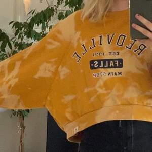 Ascool oversized sweatshirt från pull and bear. Egentligen var färgen mörkgul men jag blekte den så den har ljusare partier vilket gör den utkik och ball!! Strorlek S men väldigt oversized! 🥰  köparen står för frakten🌞