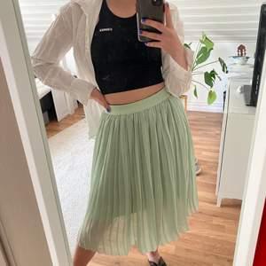Sommar kjol från NA-KD endast använd 3 gånger. Inköpt för 300kr finns inte längre på hemsidan. Super fin somrig färg men säljer då den inte kommit till användning. Underkjol och töjbar midja vilket gör att denna kjol passar till S men absolut till en M också. Skicka Privat om du vill ha mer bilder på denna underbara kjol. 😋💕🌸🌸🌷