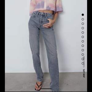 Letar efter slutsålda Zara midrise jeans som är ursnygga. Det ska vara storlek 38 och se precis ut som bilden!!!!! Tack på förhand💗💓💞💞💞 HÖR AV ER!!!!