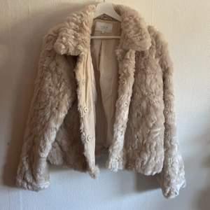 En jacka i storlek 44. Från Vila Clothes. BUDA!!!!