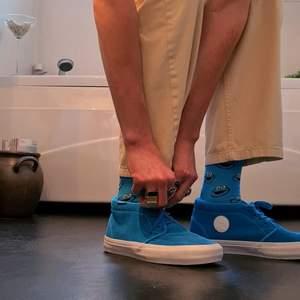 Ett par riktigt fräsha sneakers från Vans, Använt 4 gånger (inomhus). Ordenarie pris 899 Kr. Sköna och passar till de mesta. Fraktkostand beror på vikt och tas upp vid köp av skorna (: Köp direkr för 499 kr
