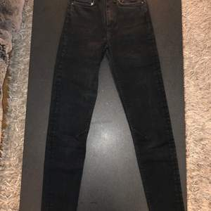 Svarta Karve jeans köpta på Carlings. Mid rise. Försökt använda en gång men försmå. Jag 50 kg/ 168 cm. Alltså helt oanvända.