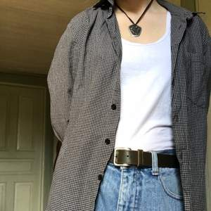 Rutig skjorta från Weekday! Strl small. Bra skick bortsett från att en knapp har lossnat, men det märks inte om man har den öppknäppt. Längd: 65cm. Bröstvidd: 50cm.