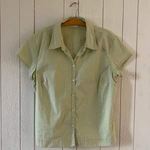 Söt skjorta från Mark & Spencer. Bra skick. Liten i storlek. Originalpris: Ca 300:-.