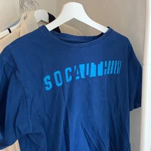 Trendig blå t-shirt som tyvärr inte kommer till användning💙 jääättefin blå färg och sitter perfekt, lite oversized på mig som är S. Knappt använd