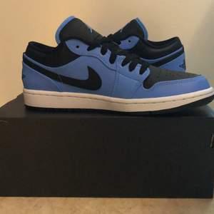 Ett par helt nya Jordan 1 low's i färgen University blue black/black. Sälj för 1600kr och är köpta på zalando (kvitto kommer med). Frakten står köparen för själv(99kr) .