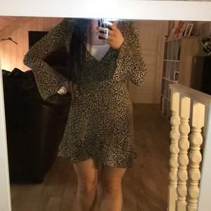 Omlottklänning i leopardmönster från H&M i storlek 38. Aldrig använd. Superfint och tunt material 👗
