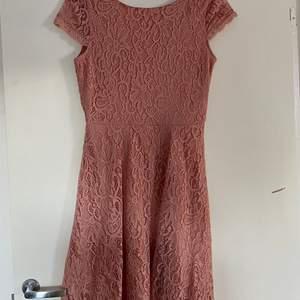 Söt klänning med mönstrade blommor och V-djup i rygg. Köpte den till ett bröllop 2019 och enbart använt den vid det tillfället. Den söker nu en ny ägare som kommer använda den mer ✨