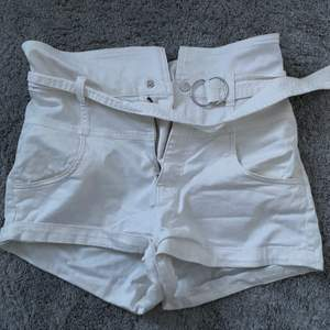 Säljer mina vita högmidjade shorts med bälte. Nästa nya. 30kr + frakt