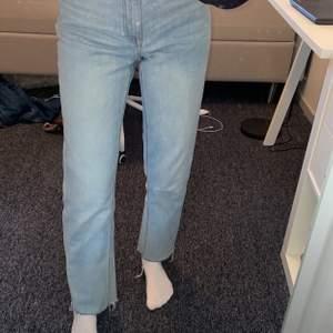Ljusblå jeans från lindex köpta för 399kr. Säljer pga lite för stora för mig - se andra bilden för hur de sitter. Jag (på första bilden) är ca 165cm. Storlek 36, 250 kr💘