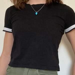 Superfin t-shirt från H&M med vita ribbade armar! Fint skick och sällan använd. T-shirten är i organic cotton vilket är bättre för miljön. Storleken är 146/152, vilket passar som en XXS eller XS. Skriv om ni vill ha flera bilder, om flera är intresserade blir det budgivning! 💞