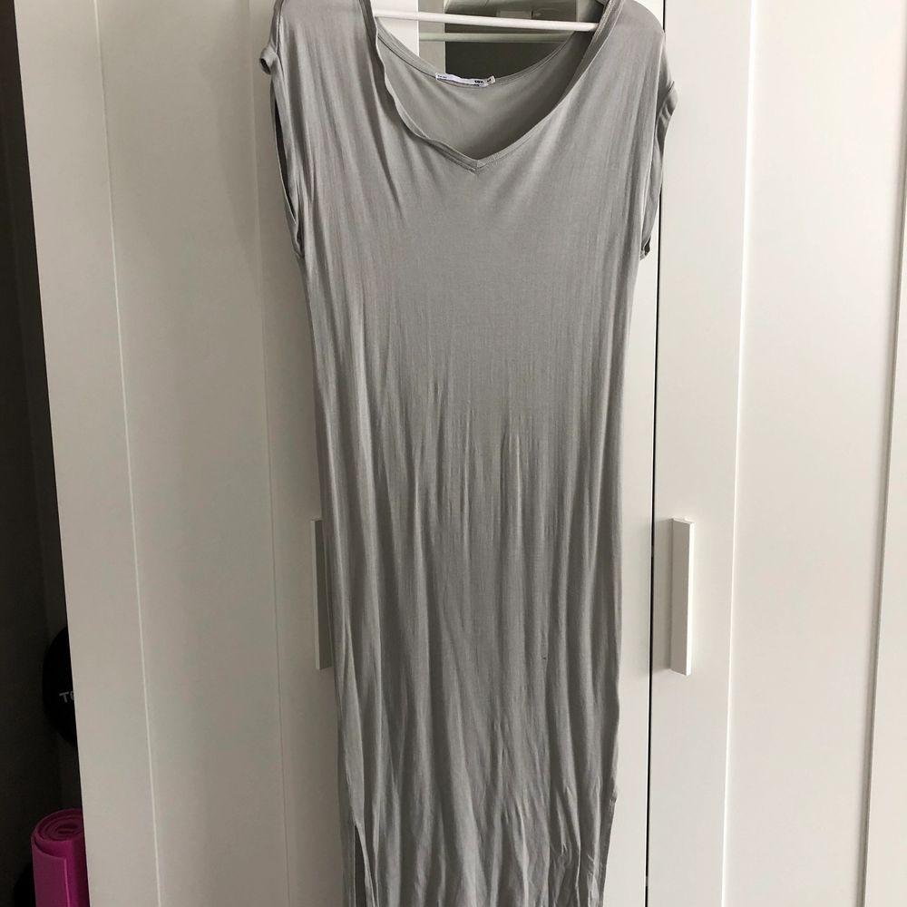 Jättefin långklänning i en grå/grön härlig färg från lager 157! Den har en slits på båda sidor av benen och är v-ringad!💕 storlek M. Klänningar.