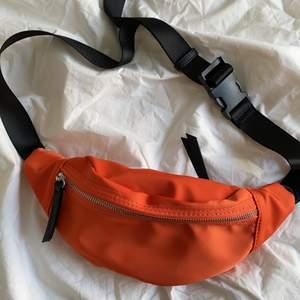 En mag/ midjeväska i en jättefin orange färg. Aldrig använd 💕 Från märket Don Donna.