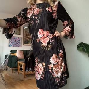 Blommig klänning från VILA, superskön och har en innerklänning i mjukt svart material. Knappt använd!