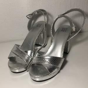 Dessa sköna skor har ungefär 1 decimeter hög klack och är storlek 37. Jag har dock 38 och dessa passar mig jättebra. Endast använda vid ett tillfälle! Originalpris är 399 kr. Jag säljer dessa för 220 kr exklusive frakt. Det är bara att skriva om du har några frågor!💗