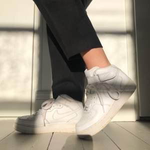 Vita Nike Air Force 1 mid top. Förutom en ände på ett skosnöre (se bild) är de i mycket bra skick. Både skorna och skosnörena har inte gulnat och är därför väldigt vita och fina. Storlek 36. Frakt tillkommer: Postnord spårbar frakt 66kr. Har du frågor? Tveka inte att ta kontakt🌸