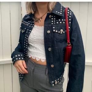 Svincool jeansjacka!!!! Ny och oanvänd mörkblå jacka med silver nitar. Speciell och unik, inte sätt någon annan bära denna. Köpt på Nydén, prislappen sitter kvar och aldrig använd. Jackan är i storlek S. 49kr frakt. ⚡️🤍 snabb affär!