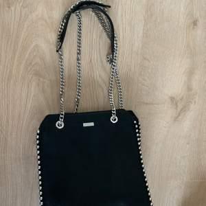 Fin väska ifrån Don Donna. Köpte på butiken accent. Säljer då den inte har kommit till användning. Så i princip en helt ny väska. Längd: 28cm, bredd 26cm💕