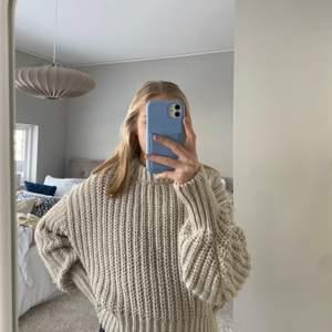 Beige tjockt stickad tröja. Aldrig använd, säljer pga att den är för liten💓 Köptes för 299 kr på H&M.