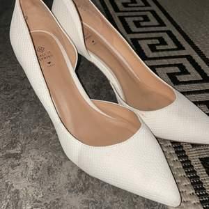 Säljer mina fina vita klackskor som är tyvärr för små:( använda endast en gång. Köpt på zalando, skön klack inte så hög
