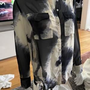 Helt oanvänd blus med lapparna kvar, 240kr nypris på Vero Moda