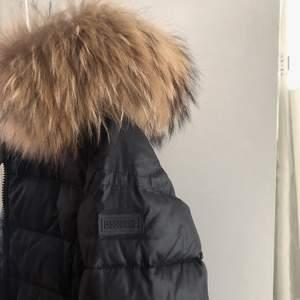Svart rock and blue jacka i nyskickz kort modell med svart logga på sidan och äkta pls! Skickas med spårbar frakt