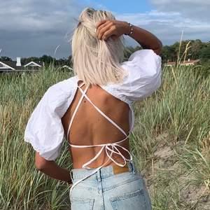 Topp med snygg snörning på ryggen, ej genomskinlig