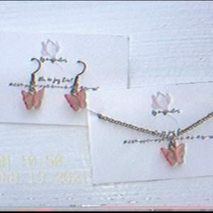 Jag säljer dessa söta fjärils halsband och örhänge just nu, orginal pris är 100kr men kan också budas!✨☁️🧺