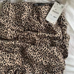 Leopardmönstrad tight kjol, har sömmar bak och fram som är väldigt smickrande🤍  Storlek S med dragkedja i sidan 🤍