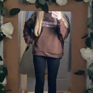 Säljer Denna Sweatshirt, Brun och teddy känsla super trendigt. Passar xs/s/m! Bud start: 100 (Budgivningen avslutar 1/3)