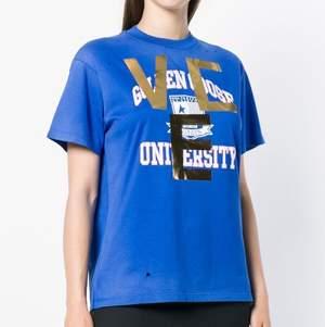 """Golden Goose deluxe brand t shirt i modellen """"university print t-shirt"""" köpt på Wakakuu för ca 1300 kr. Väldigt unik då den är från aw 18 kollektionen och därmed inte säljs längre🤍 Hålen är en del av designen och modellen är oversized så passar xs-m"""