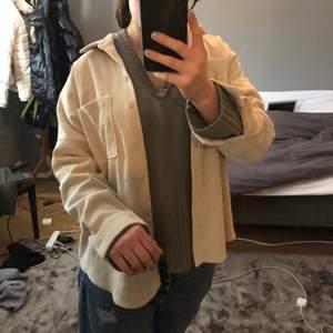 """Lite tjockare skjorta från zara, mjukt material nästan lite som sammet. Jag har använt den som en tunn """"jacka"""" över lite tjockare tröja men går lika bra att använda som en vanlig skjorta."""