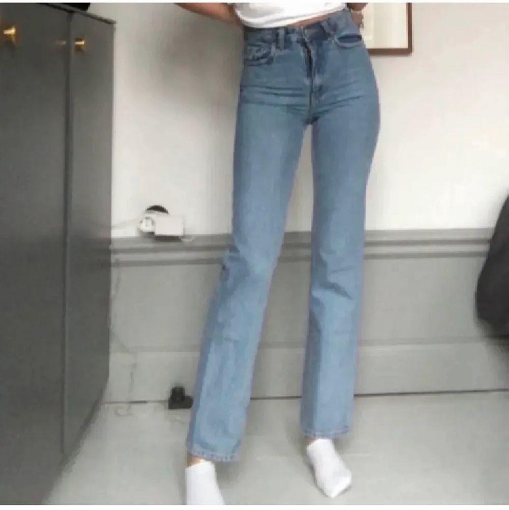 Jättefina raka jeans i strl 24. Säljer då de tyvärr beställdes i fel storlek. Använda endast 1 gång. Jag är 173 cm lång. Byter inte! Frakt tillkommer på 66 kr. ✨. Jeans & Byxor.