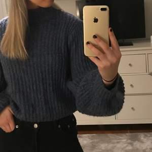 Skön och fin stickad tröja från nakd. Super fin blåfärg. Storlek 36. Använd endast ett fåtal gånger! Nypris 399kr