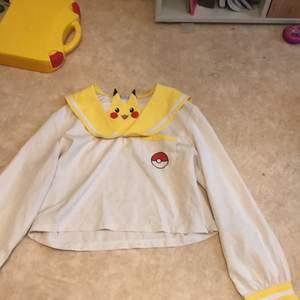 Säljer denna pikachu tröja från kawaiishop! Man kan gömma Pikachu under kragen eller ha den uppe. Tyvärr så har en knapp gott sönder men de funkar som vanligt!