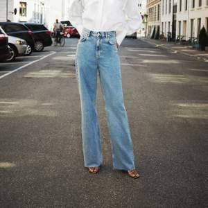 Säljer dessa slutsålda jeans från zara i full lenght (man klipper dom efter sin egna längd, jag har inte klippt i dom)!