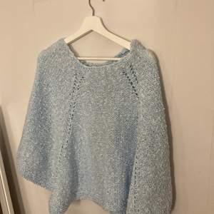 Söt vintage poncho / stickad tröja i ljusblå färg , passar en s