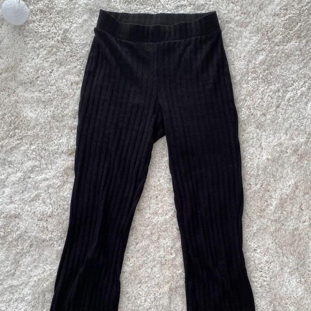 Fina ribbade byxor med slits ner till ifrån Ginatricot💕. Jeans & Byxor.