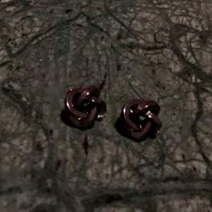 Ett par jättefina örhängen från SNÖ som jag inte fått användning för!🌸