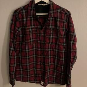 Rutig skjorta med tryck på ryggen! Köparen står för frakten❗️