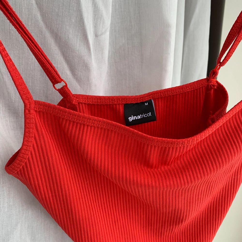 Röd body från Gina med reglerbara band! Supersnyggt och cool färg! Storlek M men passar även S, säljer även samma i svart och vitt !  knappt använd så fint skick!. Toppar.