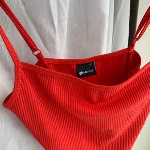 Röd body från Gina med reglerbara band! Supersnyggt och cool färg! Storlek M men passar även S, säljer även samma i svart och vitt !  knappt använd så fint skick!