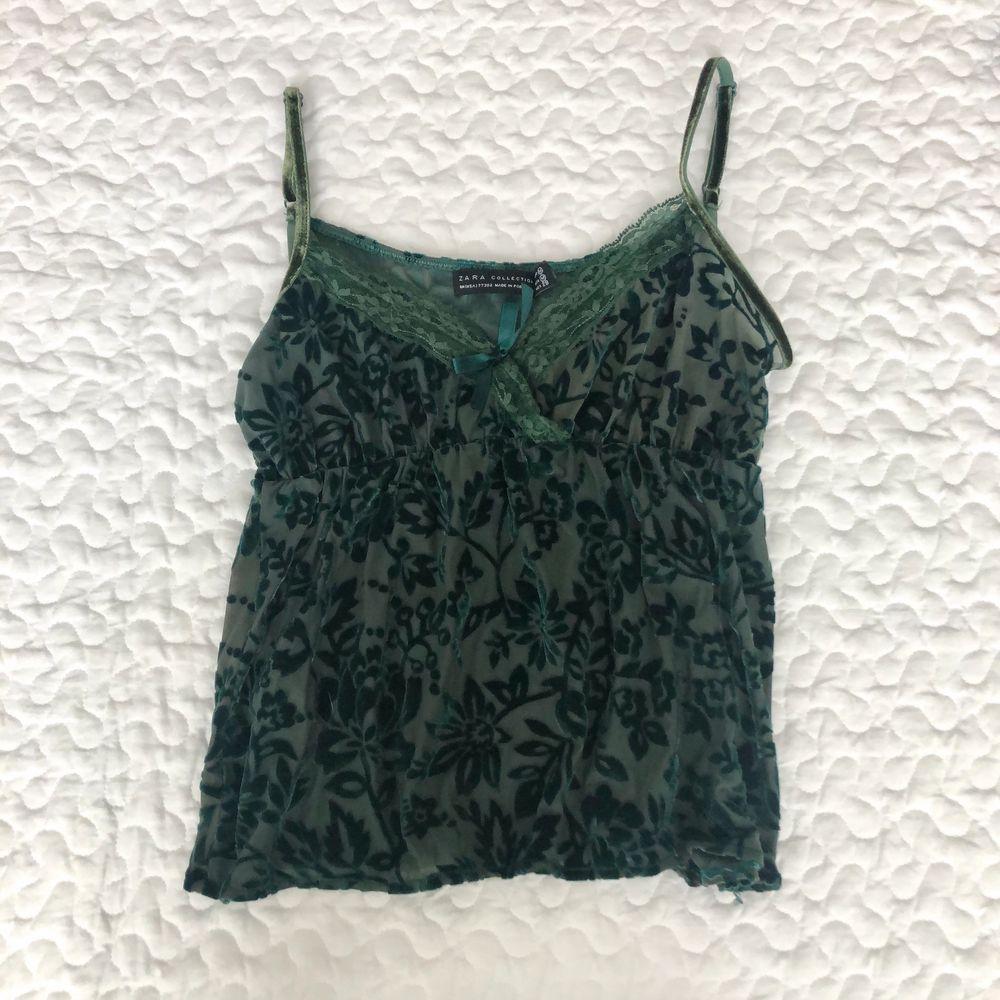 Grön mesh topp från zara med söta detaljer, storlek m (stretchig så passar xs-m). 150kr + frakt 🌜. Toppar.