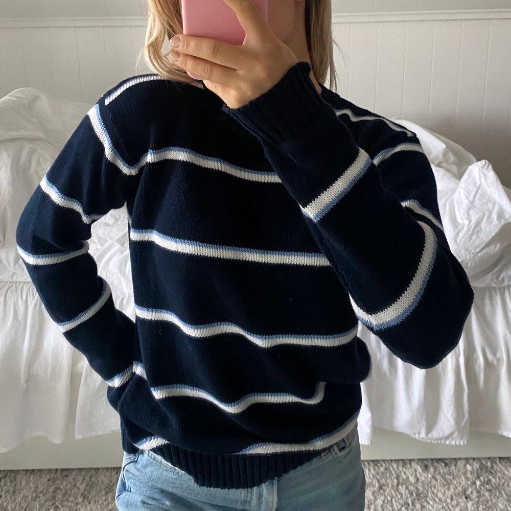 Säljer min stickade tröja från brandymellvile🧡 använd fåtal gånger, i superbra skick! Passar storlek S-M. Stickat.
