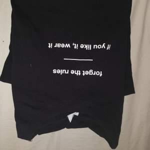 Svart tshirt med text i fint skick! 🥰